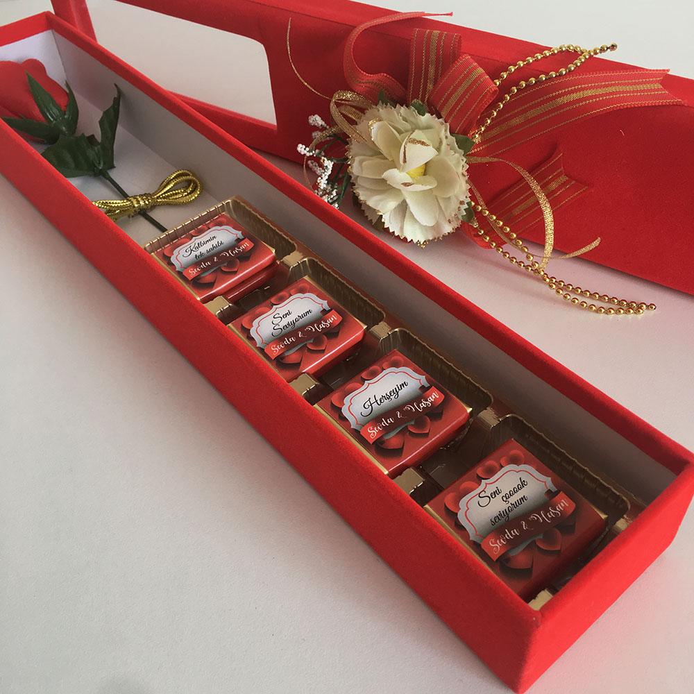 Kadife kutu içinde gül ve çikolatalar