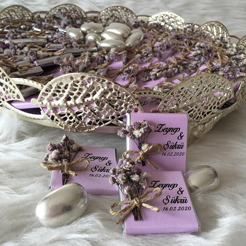 Tepsili isimli ve çiçekli mor gümüş çikolata